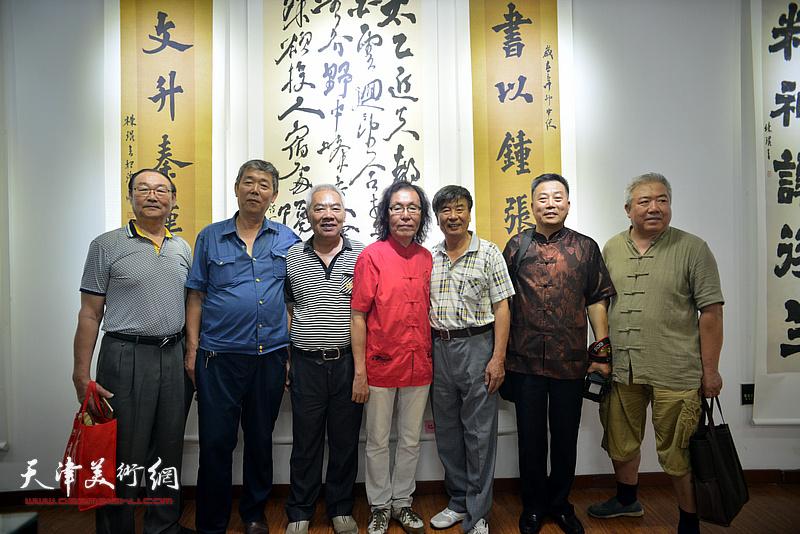 陈栋琨与张文逊、邱贵杨、刘有明等来宾在书法展现场。