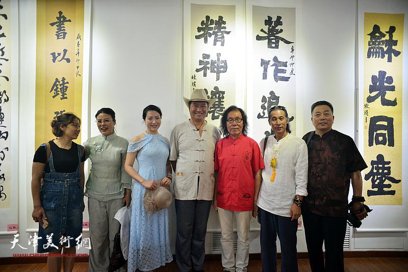 陈栋琨与张羽鸣、刘有明、刘有明、道缘、翟瑾等来宾在书法展现场。