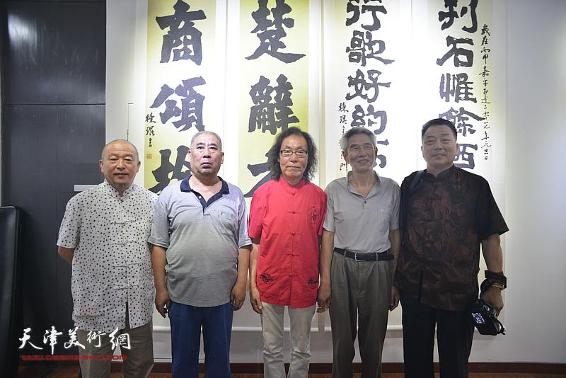 陈栋琨与缪文杰、刘有明等来宾在书法展现场。