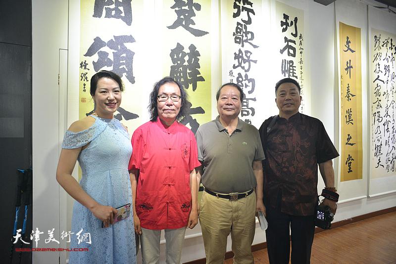 陈栋琨与蔡长奎、刘有明、翟瑾在书法展现场。