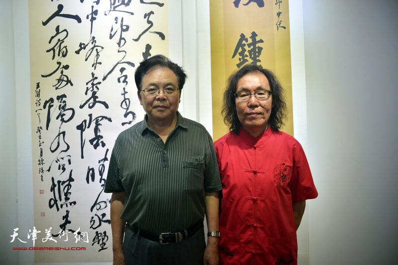 陈栋琨与章用秀在书法展现场。