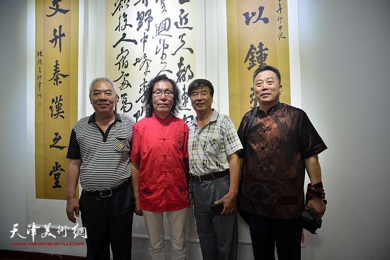 陈栋琨与张文逊、刘有明等在书法展现场。