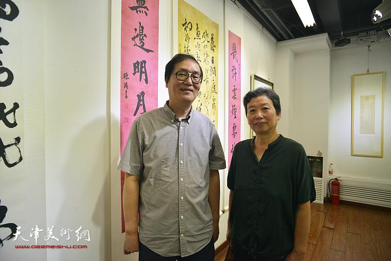 许鸿茹、陈栋玲在书法展现场。