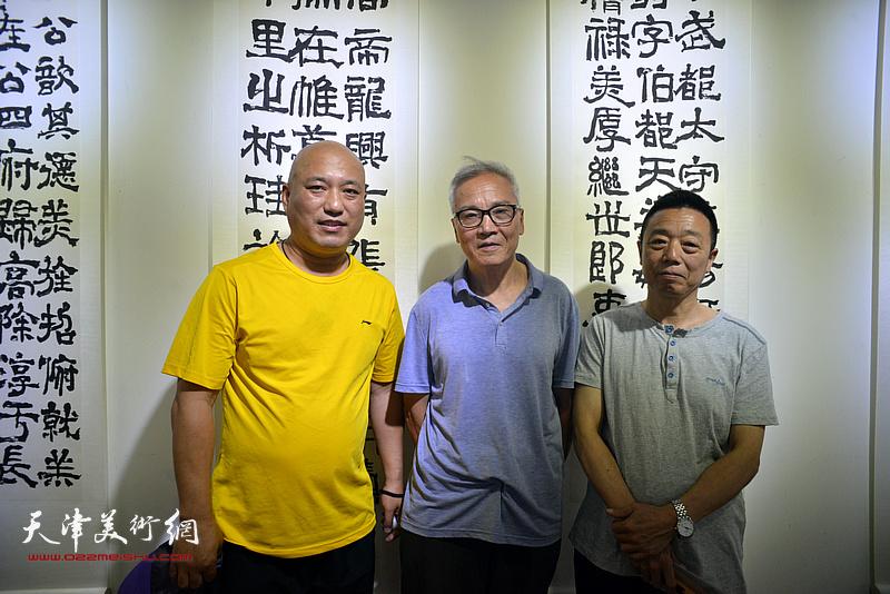 左起:邢泓未、曲世林、韩祝龄在书法展现场。