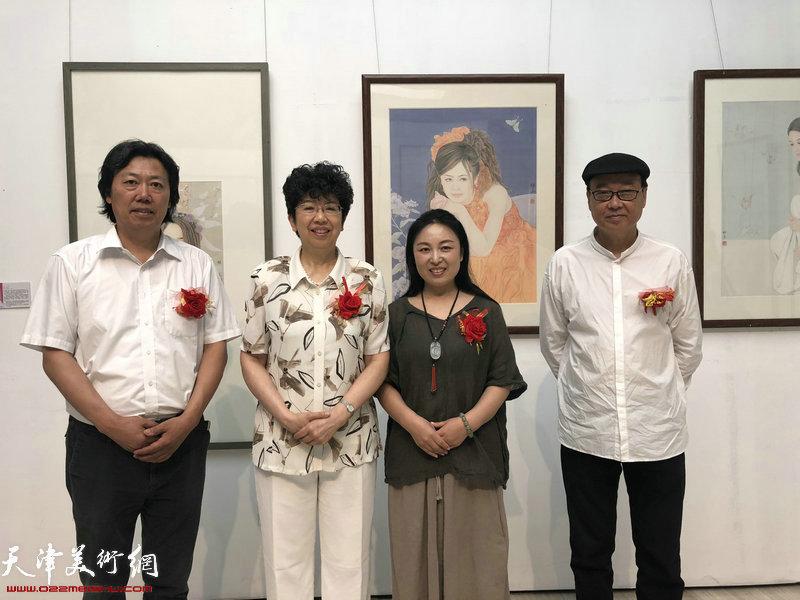 左起:丁杰、赵实、于栋华、陈孟昕参观于栋华画展并合影
