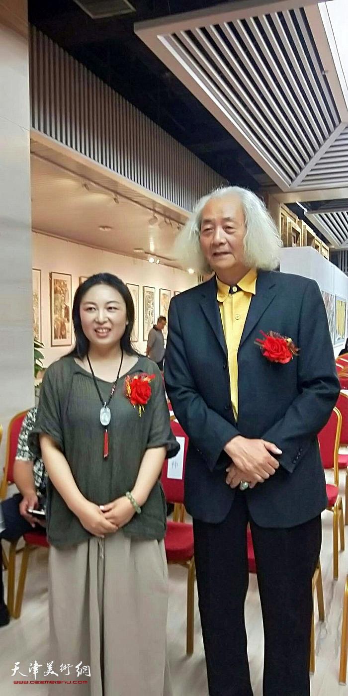 王仲参观于栋华画展。