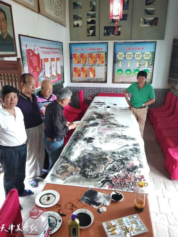 天津采风艺术团一行在碛口的交流笔会上。
