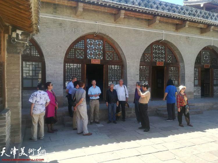 天津采风艺术团一行在南圪垛村中共中央西北局旧址。