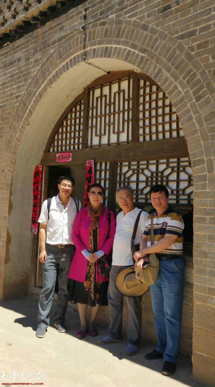天津采风艺术团一行在李家山村的山西窑洞。