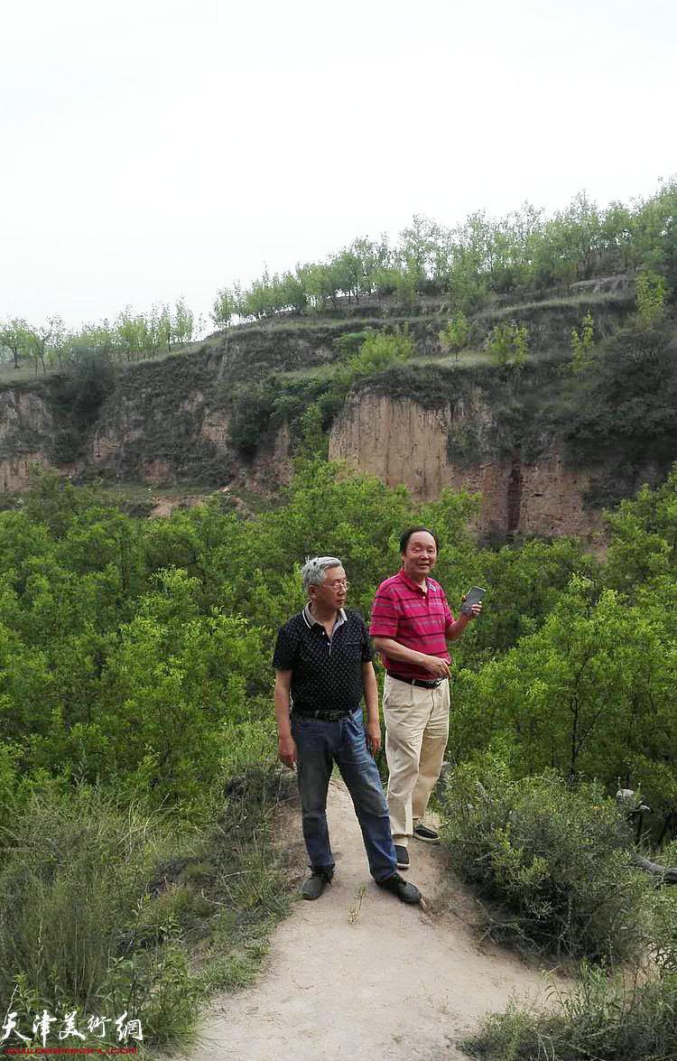 画家向中林、曹留夫在采风途中。