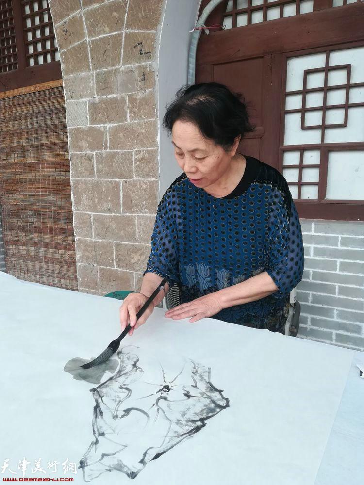 崔燕萍在碛口交流笔会上。