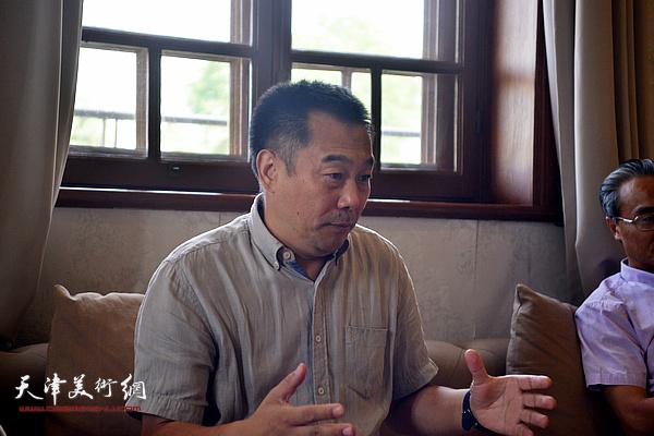 天津美学学会会长、南开大学文学院博士生导师周志强教授主持沙龙活动并发言。