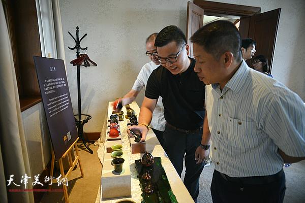 郑勇博士向洪再生介绍寿州窑。