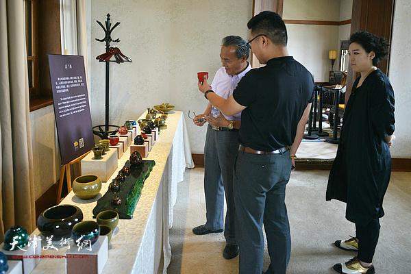 郑勇博士向薛富兴、范馨心介绍寿州窑。