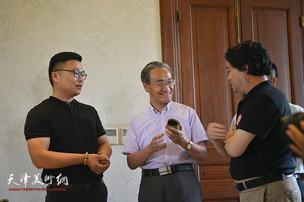 薛富兴、朱彦民、郑勇在沙龙现场交流。