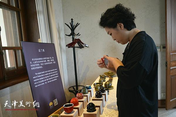 范馨心在观赏寿州窑作品。