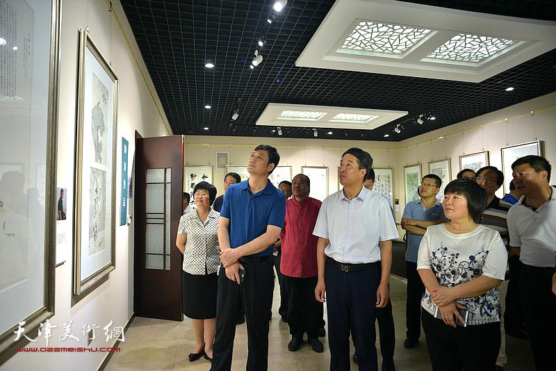 杨广才、刘亚秀等两区领导在作品联展现场观赏画作。