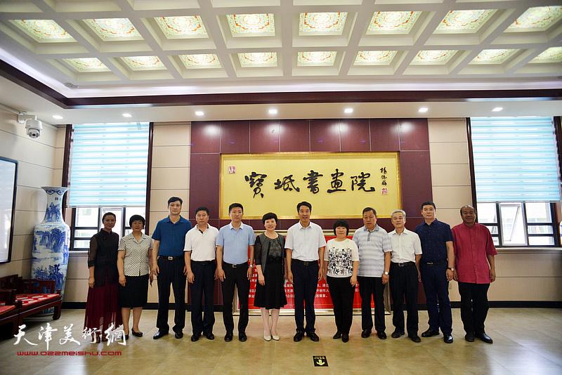 杨广才、刘亚秀、王栩东等两区领导在作品联展现场。