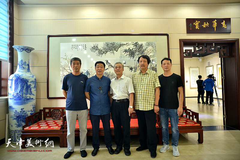 陈会臣、赵振章、刘洪洋等在作品联展现场。