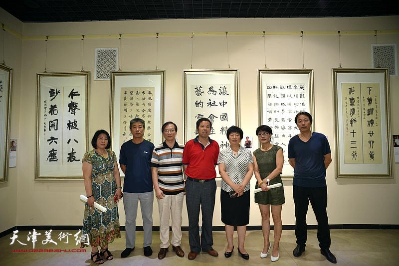 梁艳慧、孔宪江、刘秀征、王朝晖、王政通等在作品联展现场。