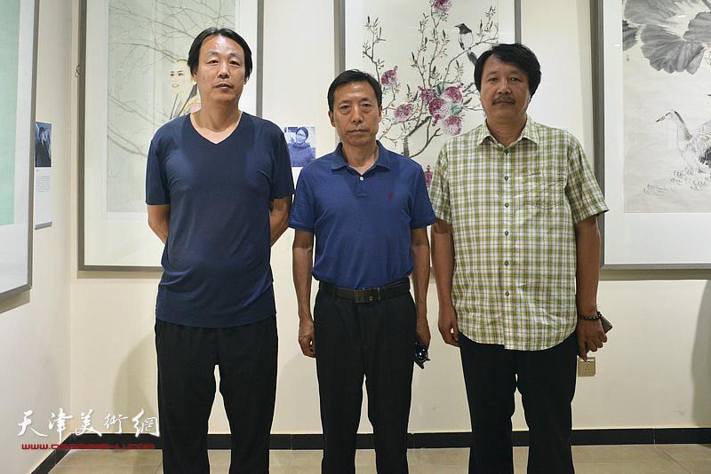 左起:孔宪江、孙伯、赵振章在作品联展现场。