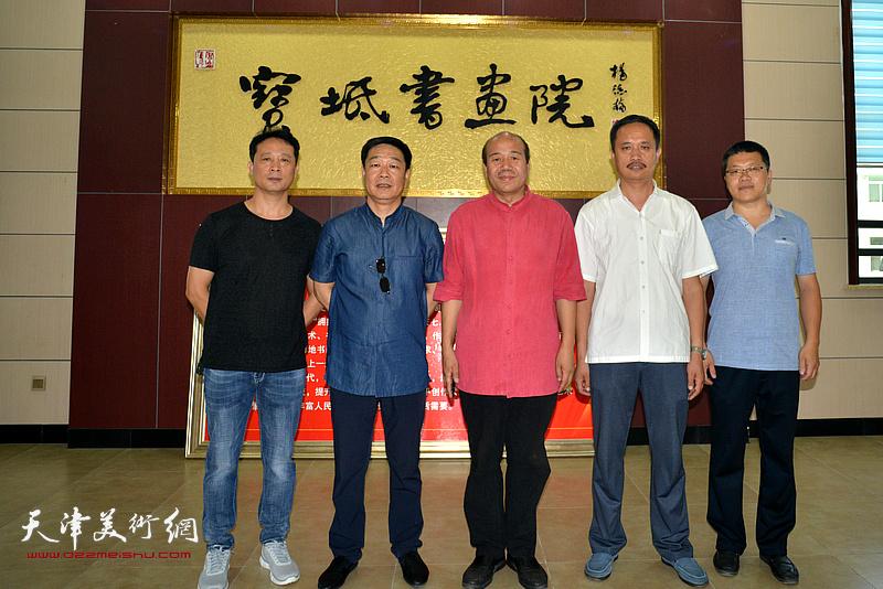 孟庆占、刘洪洋等在作品联展现场。