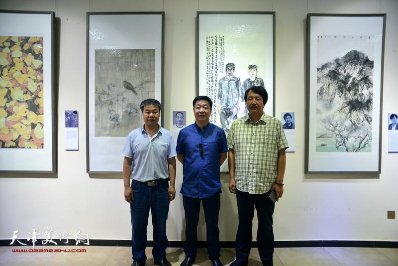 左起:马春立、刘洪洋、赵振章在作品联展现场。