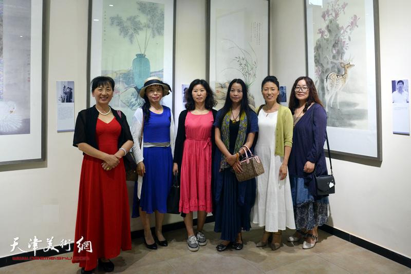 左起:刘凤华、刘学梅、翟志慧、郭建颖、李秋荣、于倩在作品联展现场。