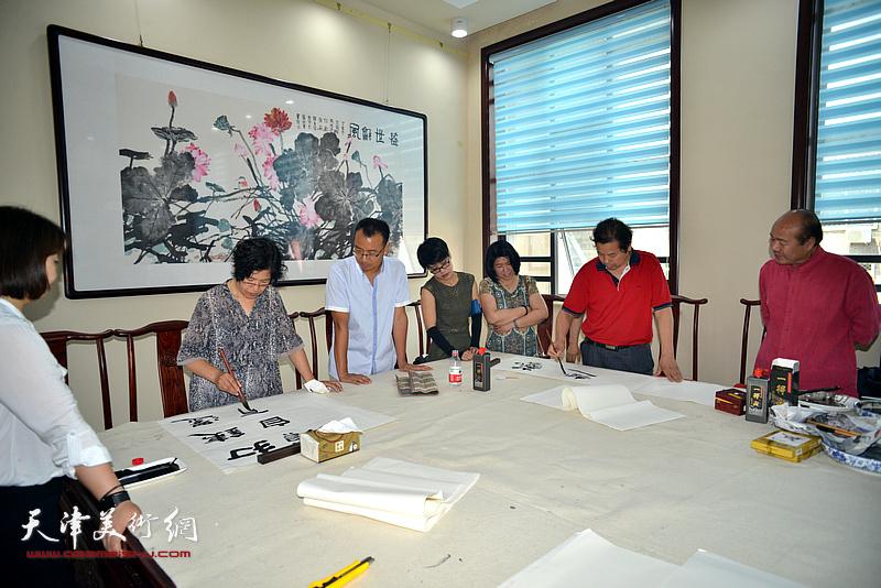 王兴、王政通在宝坻书画院创作。