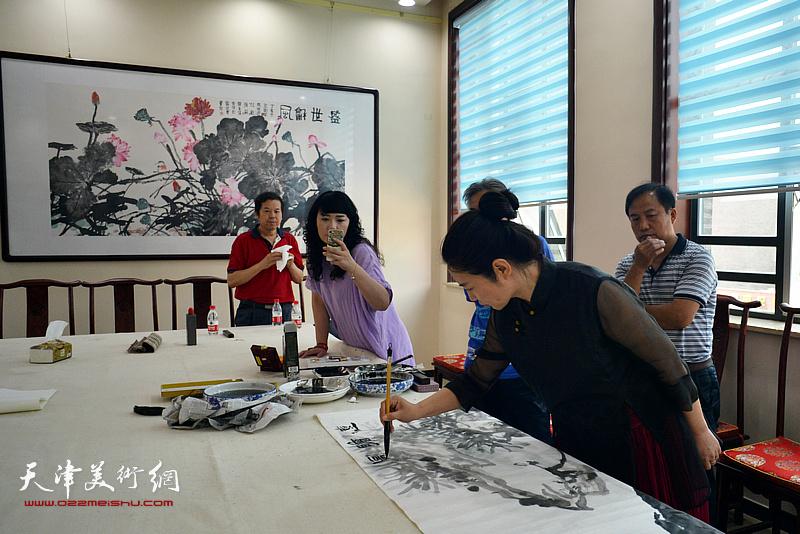 赵红云在宝坻书画院创作。
