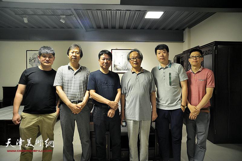 左起:白光、路洪明、刘文生、陈福春、王尉、王砚在画展现场。