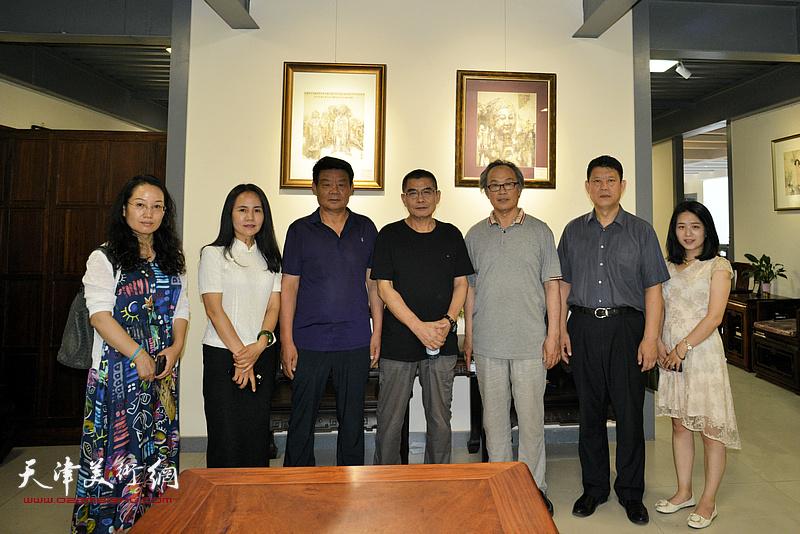 杨沛璋、陈福春与张洪艳等嘉宾在画展现场。
