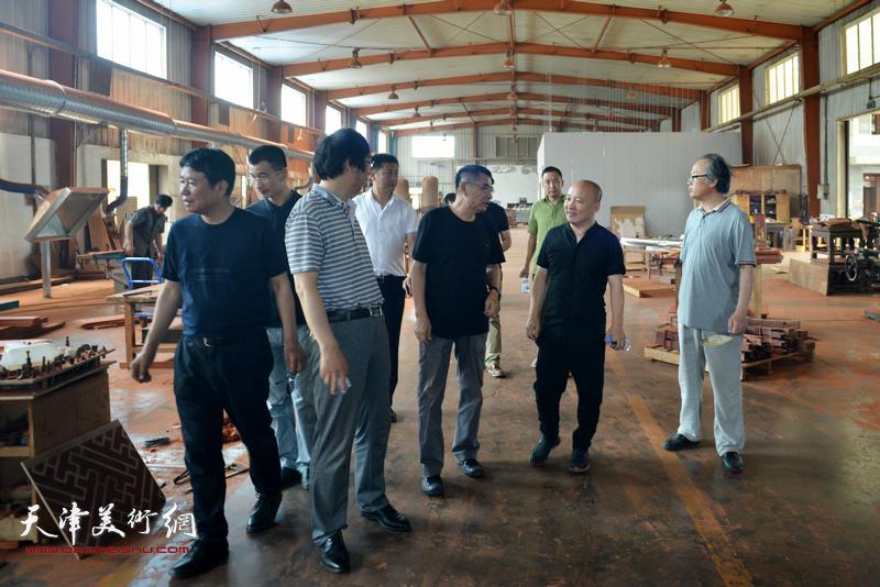 缘人缘红木家具厂总经理葛志强带领画家们参观家具生产车间。