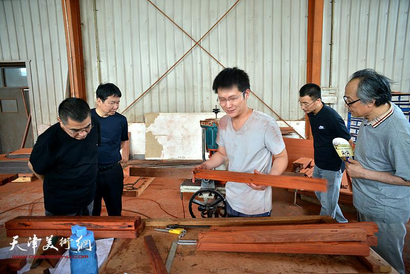 杨佩璋、陈福春、刘文生、姜金军观看家具生产。