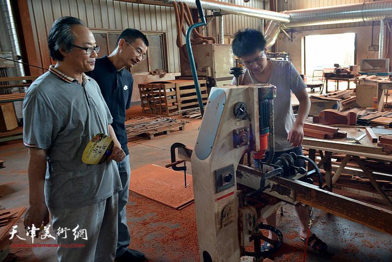 陈福春、姜金军观看家具生产。