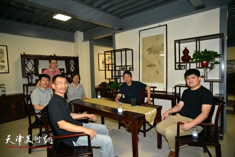 """画家们在""""浮生雅趣""""中国画名家邀请展。"""