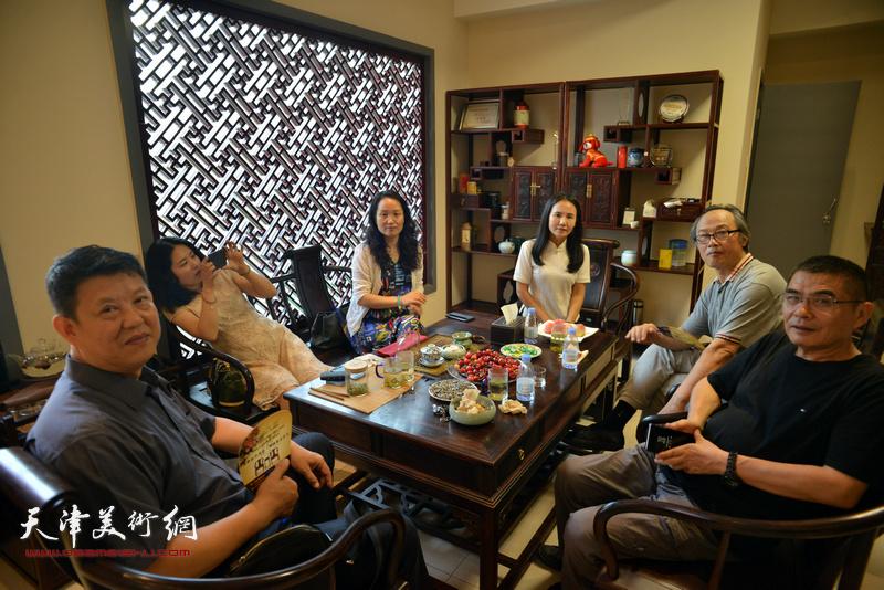 """画家们在""""浮生雅趣""""中国画名家邀请展现场。"""