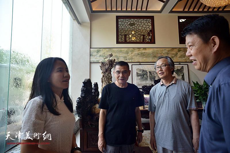 杨佩璋、陈福春与张洪艳在画展现场交流。