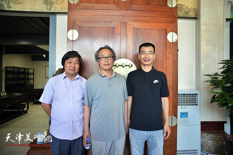 左起:曾凡君、陈福春、姜金军在画展现场。