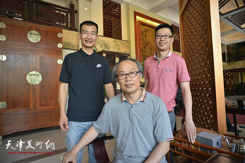 左起:姜金军、陈福春、王砚在画展现场。
