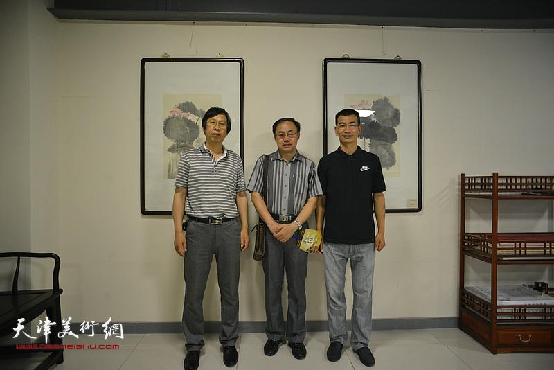 左起:路洪明、李新禹、姜金军在画展现场。