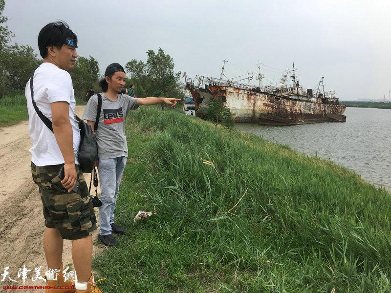 刘璐、安士胜在老船坞采风。