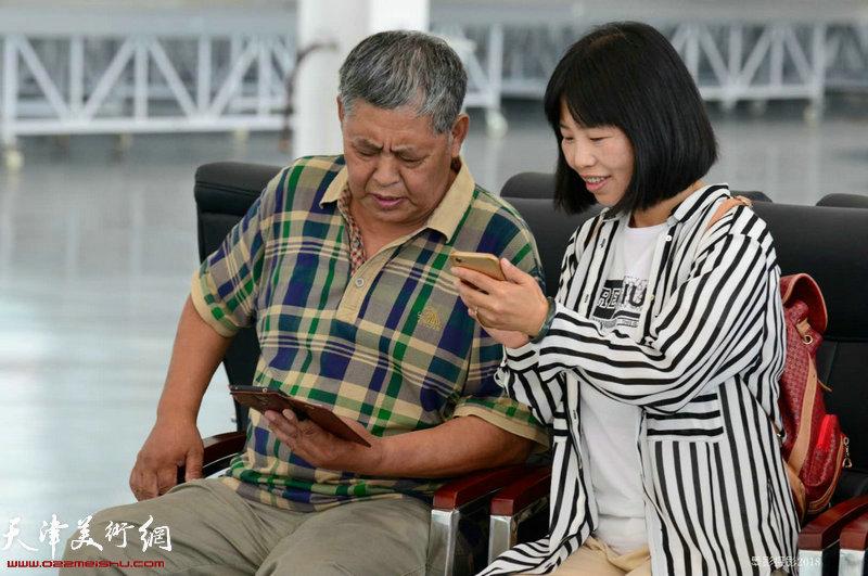 东丽区画家刘茂群、杜松兰在交流