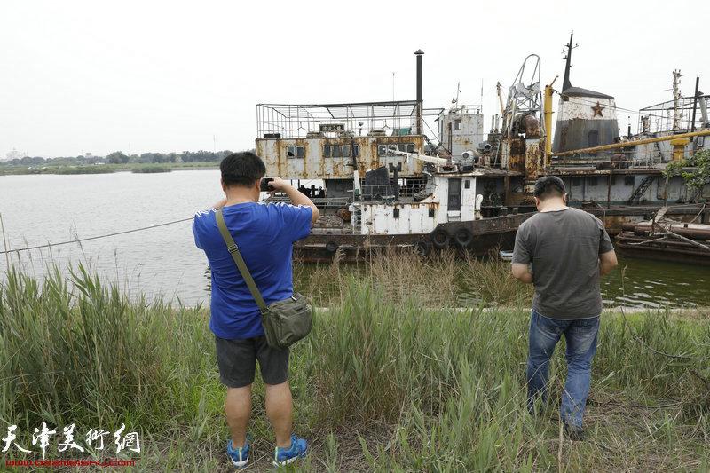 天津城市画派走进东丽采风活动在老船坞写生中。