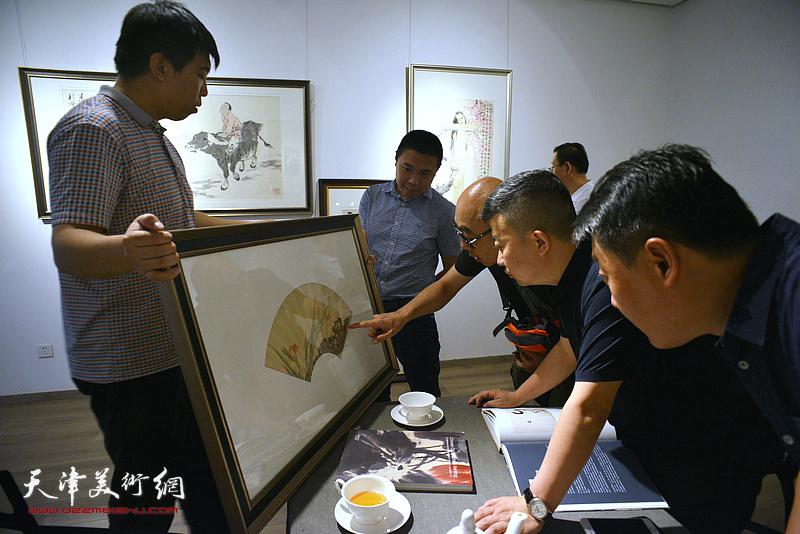 杜耕、高博在媒体通报会现场观赏拍品。