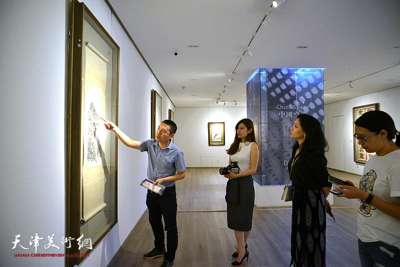 鼎天中国书画鉴定专家何纯在媒体通报会现场介绍拍品。