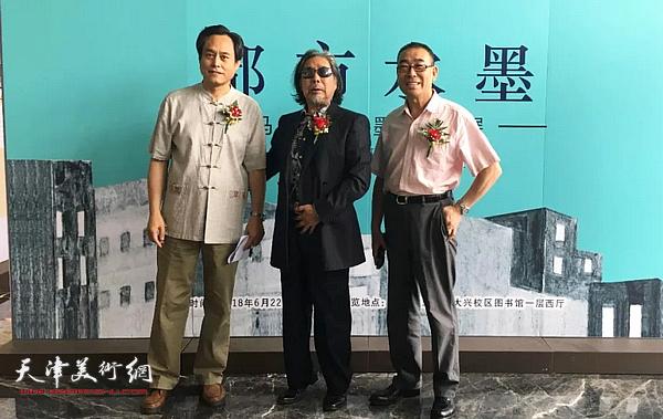 马波生与张庆春等在画展现场。