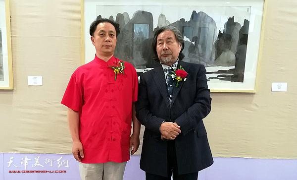 马波生与著名画家张大功在画展现场。