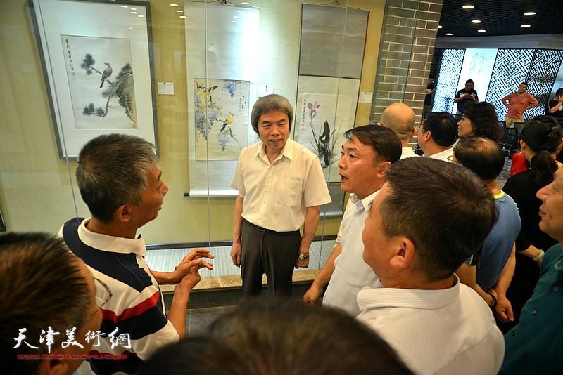 邓国源、孙敬忠、李杰等天津青岛嘉宾观赏展出的作品。