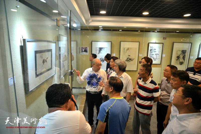 邓国源、孙敬忠、恒鑫、时爱华等津鲁两地嘉宾观赏展出的作品。